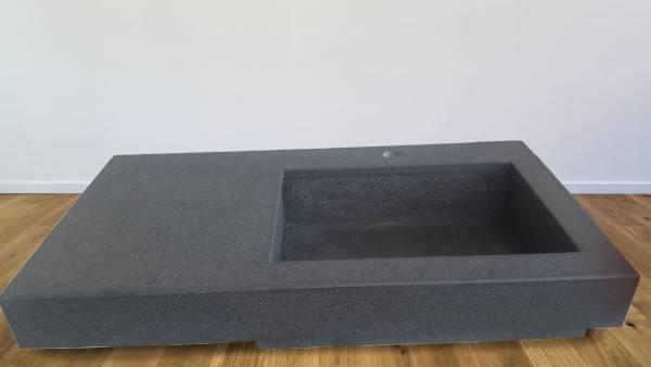 Base in pietra lavica spazzolata con lavabo integrato